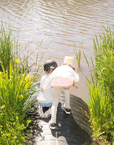 Minnin lapset Arabianrannan luonnossa